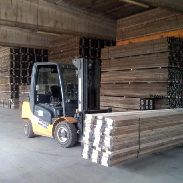 i-nostri-magazzini-muletto-che-trasporta-materiali
